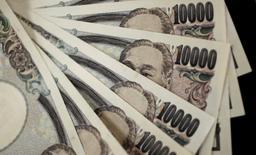 Le Japon ne doit pas renoncer à intervenir directement sur le marché des changes si le yen s'apprécie fortement, a déclaré mardi l'un des principaux conseillers économiques du Premier ministre Shinzo Abe après les turbulences provoquées sur les marchés par le vote britannique en faveur d'une sortie de l'Union européenne. /Photo d'archives/REUTERS/Yuriko Nakao