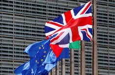 La bandera del Reino Unido ondea junto a una de la Unión Europea, afuera de la sede de la Comisión Europea, en Bruselas, Bélgica. 28 de junio de 2016. La salida británica de la Unión Europea creará un antecedente para que un país abandone la UE, lo que incrementaría el riesgo político, dijo el martes la calificadora Fitch. REUTERS/ Francois Lenoir