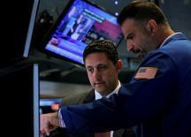 La Bourse de New York a ouvert mardi en nette hausse, dans le sillage des places européennes, certains investisseurs profitant d'opportunités d'achats après deux séances de repli marqué à la suite du vote de la Grande-Bretagne en faveur d'une sortie de l'Union européenne. L'indice Dow Jones gagnait 0,81%, après cinq minutes de cotations. Le Standard & Poor's 500, plus large, progressait de 0,91% et le Nasdaq Composite de 1,17%. /Photo prise le 27 juin 2016/REUTERS/Brendan McDermid