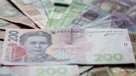 Купюры валюты гривна в Киеве 6 августа 2014 года. Правительство Украины утвердило макроэкономические показатели, на основе которых Минфин собирается верстать бюджет на 2017 год с дефицитом не более 3,0 процентов ВВП по сравнению с 3,7 процента в текущем году. REUTERS/Konstantin Chernichkin