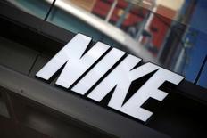 Логотип Nike в Лос-Анжелесе. Рост квартальной выручки и прогноз роста будущих заказов Nike Inc не оправдал ожиданий аналитиков, свидетельствуя о трудностях борьбы производителя спортивной одежды и обуви с конкурентами, такими как Adidas и другие, в особенности в Северной Америке.  REUTERS/Lucy Nicholson