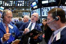 Wall Street a terminé en nette hausse mercredi. Le Dow Jones a gagné 1,63% à 17.693,65 points. /Photo prise le 29 juin 2016/REUTERS/Brendan McDermid