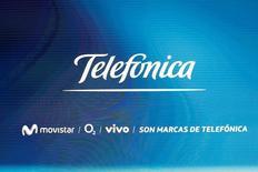 La Comisión Nacional de los Mercados y la Competencia (CNMC) dijo el viernes que quiere liberalizar el acceso a las redes de telefonía móvil ante el aumento de la competencia aunque seguirá interviniendo en caso de detectar prácticas anticompetitivas por parte de los operadores de red. Imagen del logo de Telefonica en su  junta de accionistas en Madrid el 12 de mayo de 2016. REUTERS/Sergio Perez