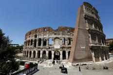 Vista general del Coliseo luego de la última etapa de restauración, en Roma, Italia. 1 de julio de 2016. El Coliseo romano estaba visiblemente más limpio el viernes cuando Italia presentó la fase más reciente de la restauración de uno de sus monumentos históricos más famosos. REUTERS/Alessandro Bianchi