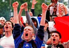 Французские болельщики на матче Франция-Исландия на Евро-2016. Хозяйка европейского первенства по футболу Франция в воскресенье вечером положила конец триумфальному выступлению Исландии на Евро-2016, разгромив ее со счетом 5-2. REUTERS/Philippe Wojazer