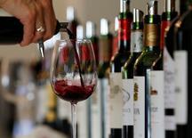 Les vins de Bordeaux ont renoué avec un excellent millésime 2015 qui a permis lors de la campagne des primeurs une augmentation moyenne des prix de 22,8% par rapport à l'année dernière sur les 350 crus qui se sont proposés sur le marché.  /Photo prise le 4 avril 2016/REUTERS/Regis Duvignau