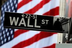 La Bourse de New York a débuté dans le rouge mercredi, les craintes liées au Brexit pesant de nouveau sur la tendance tandis que les signes de ralentissement de la croissance mondiale continuent de s'accumuler. Le Dow Jones perd 0,48%, à 17.755,70. /Photo prise le 5 juillet 20161/REUTERS/Lucas Jackson