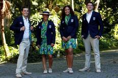 Atletas brasileiros apresentam uniforme que será utilizado nas cerimônias de abertura e encerramento dos Jogos Rio 2016. 06/07/2016 REUTERS/Bruno Kelly