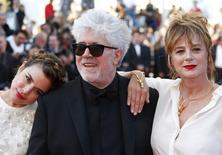"""Diretor Pedro Almodóvar e as atrizes Adriana Ugarte e Emma Suarez posam para foto no tapete vermelho antes da exibição do filme """"Julieta"""" no Festival de Cannes, na França 17/05/ 2016.   REUTERS/Yves Herman"""