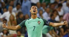 Cristiano Ronaldo comemora gol de Portugal.  6/7/16.   REUTERS/Kai Pfaffenbach