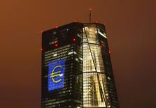 La sede del Banco Central Europeo, iluminada con un signo del euro, en Fráncfort, Alemania. 12 de marzo de 2016. La decisión británica de salir de la Unión Europea podría ser significativamente negativa para la zona euro, empañando un panorama de crecimiento que ya enfrenta fuerzas en contra, dijo el Banco Central Europeo en las minutas de su encuentro del 2 de junio, que sostuvo antes del referendo. REUTERS/Kai Pfaffenbach/File Photo