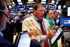 Operadores trabajando en la Bolsa de Nueva York, Estados Unidos. 6 de julio de 2016. Las acciones subían levemente el jueves tras la apertura de la bolsa de Nueva York, mientras los inversores analizaban una serie de sólidos datos del mercado laboral estadounidense, un día antes de un esperado informe mensual de empleo. REUTERS/Lucas Jackson