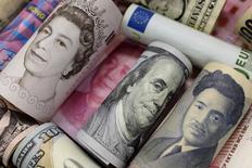 Банкноты евро, гонконгского и американского долларов, японской иены, британского фунта и китайского юаня. Пекин, 21 января 2016 года. Доллар ослаб к большинству основных валют на азиатских торгах в пятницу, но всё ещё может показать недельный прирост, поскольку инвесторы ждут данных о занятости в США позднее в сессию, чтобы понять, укрепился ли рынок труда по сравнению с предыдущими данными. REUTERS/Jason Lee/File Photo