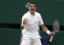Tenista canadense Milos Raonic comemora durante partida contra suíço Roger Federer em Wimbledon 08/07/2016 REUTERS/Stefan Wermuth