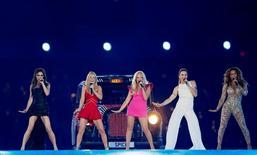 """Foto de archivo de las Spice Girls actuando en la ceremonia de clausura de los Juegos Olímpicos de Londres 2012. Ago 12, 2012. Tres miembros de la banda femenina británica Spice Girls insinuaron que pronto volverán al ruedo al lanzar el viernes un video para celebrar los 20 años del debut de su exitoso sencillo """"Wannabe"""". REUTERS/Stefan Wermuth/Files"""