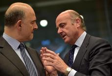 Los ministros de Finanzas de la Unión Europea respaldaron el martes un proceso de sanción por déficit excesivo contra España y Portugal, allanando el camino para que el Ejecutivo de la UE proponga posibles multas en los próximos 20 días. En la imagen, el comisario europeo de Economía y Asuntos Financieros Pierre Moscovici (I) habla con el ministro de Economía español Luis de Guindos durante una reunión de ministros de Finanzas en Bruselas, Bélgica, el 24 de mayo de 2016. REUTERS/Eric Vidal