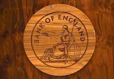 El Banco de Inglaterra está preparado para bajar los tipos de interés por primera vez en más de siete años, en un intento de proteger la economía de la sorprendente decisión de los británicos de salir de la Unión Europea. En la imagen, el logo del Banco de Inglaterra tallado en madera en un escritorio durante una rueda de prensa en la sede del banco central en Londres, el 5 de julio de 2016. REUTERS/Dylan Martinez
