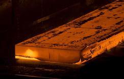 Пласт раскаленого металла в обработке на заводе НЛМК в Липецке. Крупнейший российский стальной концерн НЛМК увеличил производство стали во втором квартале на 6 процентов в квартальном и на 4 процента в годовом сравнении до 4,227 миллиона тонн, сообщила компания в четверг.  REUTERS/Maxim Shemetov