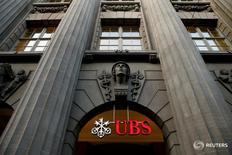 Avec ses 1.737,5 milliards de dollars (1.563,2 milliards d'euros) d'actifs gérés, la banque suisse UBS reste la première banque privée au monde, dépassant de près de 300 milliards de dollars Bank of America Merrill Lynch, qui a ravi à Morgan Stanley la deuxième place, selon une étude du consultant spécialisé Scorpio Partnership. /Photo d'archives/REUTERS/Arnd Wiegmann