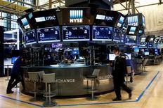Operadores trabajan en la sede de la Bolsa de Valores de Nueva York (NYSE) en la Ciudad de Nueva York, Estados Unidos, 13 de julio de 2016.  REUTERS/Brendan McDermid
