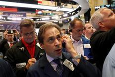 Трейдеры на фондовой бирже в Нью-Йорке. 15 июля 2016 года. Индексы американского фондового рынка Dow и S&P 500 выросли в пятницу, установив новые рекорды после выхода данных ежемесячных розничных продаж в США, которые превысили ожидания и нивелировали последствия неудачных отчётов крупных банков. REUTERS/Brendan McDermid