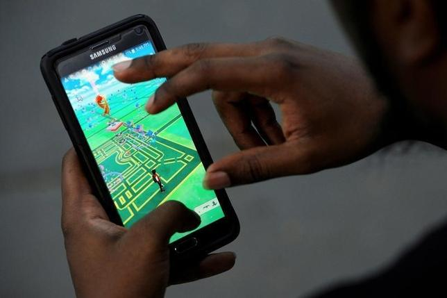 A virtual map of Bryant Park is displayed on the screen as a man plays the augmented reality mobile game ''Pokemon Go'' by Nintendo in New York City, U.S. July 11, 2016. REUTERS/Mark Kauzlarich/File Photo