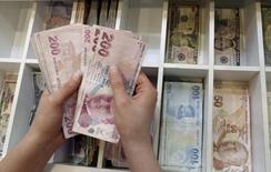 La banque centrale de Turquie a annoncé qu'elle fournirait de la liquidité illimitée aux banques et prendrait toute mesure qui s'imposerait pour préserver la stabilité financière le cas échéant, mesures qui font suite au putsch avorté dans la nuit de vendredi à samedi. /Photo prise le 21 août 2015/REUTERS/Murad Sezer