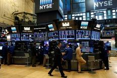 Wall Street a terminé en hausse lundi, soutenue par les valeurs bancaires et les technologiques.  Le Dow Jones a gagné 0,09% à 18.533,09. /Photo prise le 18 juillet 2016/REUTERS/Brendan McDermid