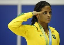 Nadadora brasileira Etiene Medeiros, que está classificada para a Rio 2016, presta continência no pódio do Pan de 2015 em Toronto. USA TODAY Sports/Erich Schlegel