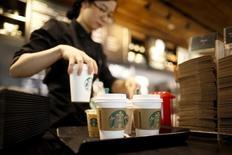 Starbucks fait état d'une croissance de ses ventes inférieure aux attentes de Wall Street, son activité ayant ralenti sur tous ses grands marchés. /Photo d'archives/REUTERS/Kim Hong-Ji