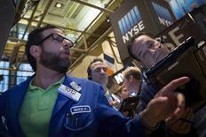 Operadores trabajando en la bolsa de Wall Street en Nueva York, ago 21, 2015. Las compañías estadounidenses, en su primera temporada de resultados desde que Gran Bretaña votó por abandonar la Unión Europea, están reconociendo ampliamente ante sus inversores que el denominado Brexit podría pesar sobre las ganancias.  REUTERS/Brendan McDermid