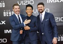 """Los actores Chris Pine (I), John Cho (C) y Karl Urban llegan al estreno mundial de """"Viaje a las Estrellas: Más Allá"""" en la Comic Con de San Diego, California, 20 de julio, 2016.  """"Viaje a las Estrellas: Más Allá"""" debutó el fin de semana con una sólida recaudación de 59,6 millones de dólares, una señal de que después de seis series de televisión, 13 películas y 50 años en la cultura pop, aún le queda vida a una de las franquicias más duraderas de Hollywood. REUTERS/Mike Blake"""