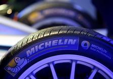 Логотип Michelin на пресс-конференции в Риме. Французский производитель шин Michelin отчитался о 9-процентном росте полугодовой прибыли, чему способствовали мероприятия по снижению издержек и снижение стоимости сырья, позволившие компенсировать падение выручки.  REUTERS/Alessandro Bianchi