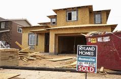 """Una casa en construcción con un cartel de """"vendida"""" en Denver, Colorado, Estados Unidos. 18 de agosto de 2015. La confianza del consumidor en Estados Unidos se mantuvo estable en julio y las ventas de casas unifamiliares nuevas subieron en junio a su mayor nivel en casi ocho años y medio, lo que sugirió un sostenido ímpetu en la economía estadounidense. REUTERS/Rick Wilking"""