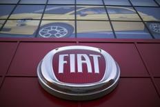 Логотип Fiat в магазине в Лос-Анжелесе. Операционная прибыль Fiat Chrysler Automobiles (FCA) во втором квартале упала на 14 процентов из-за списаний, связанных с затратами на отзыв и сменой производственных мощностей в Северной Америке, однако автопроизводитель улучшил годовой прогноз прибыли и выручки. REUTERS/Mario Anzuoni