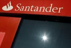 Una sucursal del banco Santander en Andalucía, España, ene 27, 2016. El banco italiano UniCredit dijo el miércoles que acordó con el prestamista español Santander suspender las negociaciones para una posible fusión de sus divisiones de gestión de activos.   REUTERS/ Marcelo del Pozo/File Photo