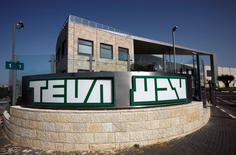 Teva Pharmaceutical Industries a remporté le feu vert des autorités antitrust américaines pour le rachat des médicaments génériques d'Allergan, après avoir accepté de céder plus de 75 produits génériques à des concurrents. /Photo d'archives/REUTERS/Baz Ratner