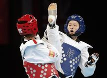 China's Wu Jingyu (R) fights against Spain's Brigitte Yague Enrique during their women's -49kg gold medal taekwondo match during the London 2012 Olympic Games at the ExCeL arena August 8, 2012.  REUTERS/Stefano Rellandini