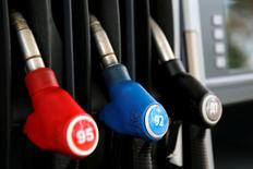 Наконечники насосов на бензозаправочной станции компании М-10 в Твери. Непрерывное подорожание бензина в России, несмотря на обрушение мировых цен на нефть, не сделало нефтяные компании счастливее - выигравшим оказался государственный бюджет, а розничный бизнес торговцев топливом, балансируя на грани рентабельности, погряз в междоусобице скидок. REUTERS/Maxim Zmeyev