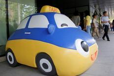 La mascota de Didi Chuxing vista en la sede de la compañía en Pekín, China. 18 de mayo de 2016. La compañía china dominante en el negocio de transporte privado Didi Chuxing dijo el lunes que comprará las operaciones de Uber en China, en un acuerdo que le dará a Uber una participación en la empresa local y pondrá fin a una dura competencia entre ambas. REUTERS/Kim Kyung-Hoon