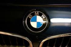 Логотип BMW на автомобиле. Операционная прибыль немецкого автопроизводителя BMW AG во втором квартале превзошла ожидания аналитиков благодаря рекордным продажам внедорожников и лимузинов, позволивших удержать прибыльность автомобильного подразделения на уровне выше 8 процентов 25-й квартал подряд. REUTERS/Maxim Zmeyev