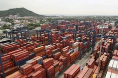Contenedores en el puerto de Cartagena, Colombia, mayo 14, 2012. El valor de las exportaciones de Colombia se contrajo un 15,4 por ciento en junio frente a igual mes del año pasado, reveló el martes el Gobierno, una cifra que muestra una desaceleración en el ritmo de caída.  REUTERS/Joaquin Sarmiento