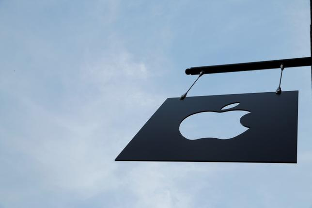 The Apple logo hangs from the front of the new Apple Store Williamsburg in Brooklyn, New York, U.S., July 28, 2016.  REUTERS/Andrew Kelly  - RTSK4LQ