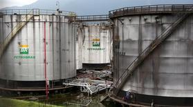Trabalhadores fazem reparos em tanques da Petrobras em Cubatão, Brasil 12/04/2016 REUTERS/Paulo Whitaker
