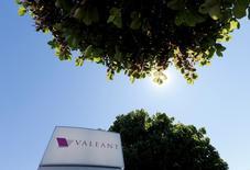 Valeant Pharmaceuticals International annonce mardi un chiffre d'affaires trimestriel en baisse de 11% et inférieur aux attentes mais le laboratoire canadien a rassuré les investisseurs en confirmant ses prévisions de résultats pour l'ensemble de l'année. /Photo prise le 14 juin 2016/REUTERS/Christinne Muschi