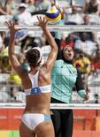 Doaa Elghobashy do Egito e Laura Giombini da Itália competem no vôlei de praia na Arena em Copacabana.   REUTERS/Ricardo Moraes