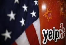 Le site internet d'avis de consommateurs Yelp a dégagé au deuxième trimestre un bénéfice inattendu et il a relevé sa prévision de chiffre d'affaires annuel avec la progression du nombre de ses utilisateurs. Le titre bondissait de plus de 13% dans les transactions avant l'ouverture. /Photo d'archives/REUTERS/Jim Young
