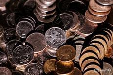 Рублевые монеты 7 июня 2016 года. Рубль завершает ростом уже вторую неделю августа, месяца, за которым в России закрепилась дурная слава из-за происходивших в разные годы катаклизмов и негативных событий в экономике и политике. REUTERS/Maxim Zmeyev/Illustration