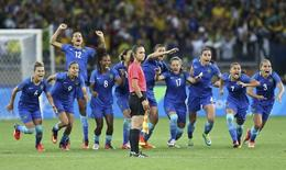 Jogadoras do Brasil comemoram vitória sobre a Austrália. 12/08/2016 REUTERS/Mariana Bazo