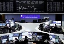 Las bolsas europeas se mantenían estables el lunes rondando un máximo de siete semanas. En la foto, operadores en la Bolsa de Fráncfort el 12 de agosto. REUTERS/Staff/Remote